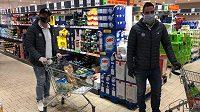 Kapitán Bílých Tygrů Petr Jelínek (vpravo) a Jaroslav Vlach nakupují potraviny pro seniory.