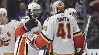 Útočník Jaromír Jágr přijel po utkání na ledě Los Angeles poděkovat za výkon svému spoluhráči z Calgary Flames - brankáři Smithovi.