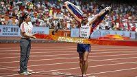 Slovenský atlet Matej Tóth se raduje v cíli chodecké padesátky na mistrovství světa v Pekingu, kde vybojoval první historické zlato pro svou vlast.