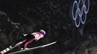 Z českých skokanů na lyžích v kvalifikaci na sobotní závod na středním můstku na olympiádě v Pchjongčchangu uspěli jen Roman Koudelka (na snímku) a Viktor Polášek.
