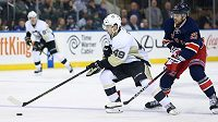 Útočník Pittsburghu Dominik Simon (č. 49) a křídelník New Yorku Rangers Viktor Stalberg v zápase NHL.