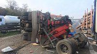 Nehoda dvou kamiónů na dálnici D1 na 207. kilometru u Tvarožné na Brněnsku. Jedno z vozidel se převrátilo a přes dálnici se vysypaly klády.