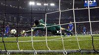 Petr Čech z Chelsea se marně natahuje po teči Fabia Quagliarelly z Juventusu.