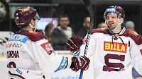 Hokejisté Sparty Andrej Kudrna (vlevo) a Petr Kumstát se radují z gólu proti Mladé Boleslavi.