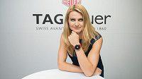 Lucie Šafářová pózuje s novými hodinkami.