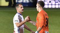 Marek Matějovský z Boleslavi a brankář Opavy Vilém Fendrich se zdraví po skončení zápasu.
