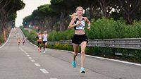 Moira Stewartová na trati půlmaratonu v Římě.