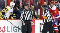 Slovní přestřelka mezi hvězdami NHL - Alexandrem Ovečkinem (vpravo) z Washingtonu a Sidneym Crosbym z Pittsburghu.