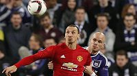 Bram Nuytinck z Anderlechtu střeží snajpra Manchesteru United Zlatana Ibrahimovice.