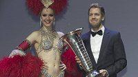 Sebastian Vettel přebírá pohár pro mistra světa F1 po boku tanečnice z Moulin Rouge.