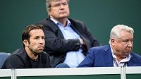 Radek Štěpánek (vlevo) a Miroslav Černošek sledují zápas Petry Kvitové s Belindou Bencicovou ze Švýcarska během Fed Cupu.