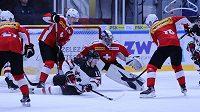 Kanadský hokejový útočník Alexis Lafreniere sleduje z ledové plochy situaci v útočném pásmu během utkání se Švýcarskem před MS hráčů do 20 let.