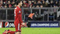 Bayern vypadl z Ligy mistrů. Kanonýr Robert Lewandowski na kolenou vstřebává zklamání po vyřazení mnichovského celku z Champions League.