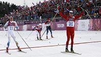 Švýcar Dario Cologna (21) byl v cíli skiatlonu první před Marcusem Hellnerem (11), Nor Martin Johnsrud Sundby (druhý zleva) podle Rusů Maximu Vylegžaninovi (7) nedovoleně zkřížil dráhu a připravil ho o bronz.