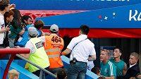 Německý fotbalista Mesut Özil se po utkání s Koreou pohádal s fanoušky. Musel ho bránit i bodyguard.