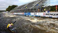 Trojský vodní kanál s tribunou před nadcházejicím Mistrovství světa ve vodním slalomu.