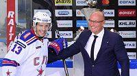 Prezident KHL Dmitrij Černyšenko (vpravo) s kapitánem Petrohradu Pavlem Dacjukem.