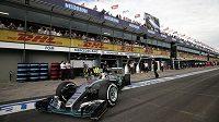 Lewis Hamilton při kvalifikaci v Melbourne.