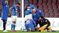 Gólman Neapole je ošetřován přímo na hřišti poté, co utrpěl zranění v zápase mezi Neapolí a Udinese