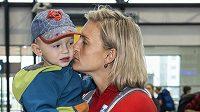 Barbora Špotáková se loučí se svým synem Jankem.