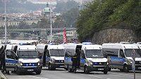 Policisté dohlíželi na pochod fandů CZ Bělehrad Prahou na Letnou.