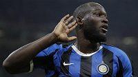 Romelu Lukaku z Interu oslavuje svůj gól v milánském derby.