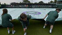Program Wimbledonu narušuje špatné počasí.