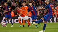 Historická chvíle. Javier Mascherano střílí gól v dresu Barcelony. Trefil se z penalty v utkání s Osasunou, byl to jeho premiérový zásah v barvách katalánského celku.