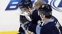 Zraněný Sidney Crosby opouští led poté, co byl zasažen pukem do obličeje.