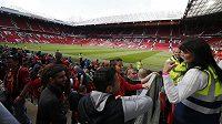Diváci museli z bezpečnostních důvodů opustit Old Trafford.