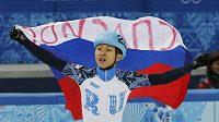 Ruský rychlobruslař Viktor An se raduje z vítězství na krátké dráze na trati 500 metrů.