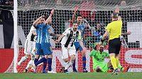 Giorgio Chiellini (uprostřed) z Juventusu se se spoluhráči raduje z gólu v odvetě s Atlétikem Madrid, který však rozhodčí neuznal.