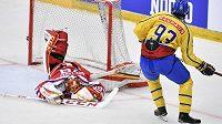 Švédský hokejista Mika Zibanejad dává gól českému týmu na Švédských hrách. Brankář David Rittich neměl tentokrát šanci.
