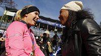 Caroline Wozniacká (vlevo) přijímá gratulace k zvládnutému maratónu od své tenisové kolegyně Sereny Williamsové.