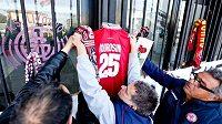 Stadion fotbalistů Livorna, kam lidé přicházeli uctít památku zesnulého Piermaria Morosiniho