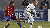Špílmachr Arjen Robben (vpravo) z Bayernu si kryje míč před dotírajícím Georgijem Ščennikovem z CSKA Moskva.