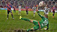 Michal Ďuriš z Plzně proměňuje penaltu proti Olomouci.