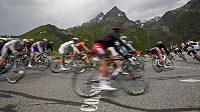 Zpátky na trať. Cyklisté projíždějí zatáčku v jedné z alpských etap.