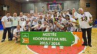 Basketbalisté Nymburka se radují ze zisku třináctého titulu v řadě.