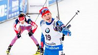 Český biatlonista Ondřej Moravec se raduje v cíli z druhého místa v závodě s hromadným startem v německém Ruhpoldingu.