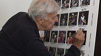 Tenista Jan Kodeš se podepisuje při představení poštovních známek Tenis 2021. Na 25 známkách jsou podle počtu účastí vyobrazeni nejúspěšnější hráči v Davisově poháru a Fed Cupu (dnešním Poháru Billie Jean Kingové).