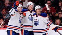 Hokejisté Edmontonu Oilers slaví gól Ladislava Šmída (vlevo) na ledě Montrealu.