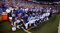 Hráči Indianapolis Colts při hymně na snímku z loňského září.