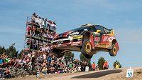 Martin Prokop s Fordem Fiesta WRC na slavném skoku při Italské rallye.