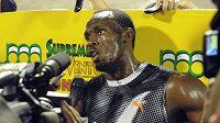 Usain Bolt hovoří s novináři.