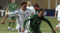 Irský fotbalista Aiden McGeady (v zeleném) v souboji s Frodim Benjaminsenem z Faerských ostrovů.