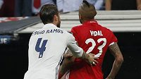 Obránce Realu Sergio Ramos popohání vyloučeného Artura Vidala k odchodu ze hřiště.