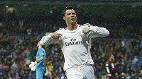 Fotbalista Realu Madrid Cristiano Ronaldo slaví gól proti Vallecanu.