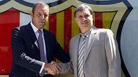 Prezident Barcelony Sandro Rosell (vlevo) vítá v klubu nového trenéra Gerarda Martina.
