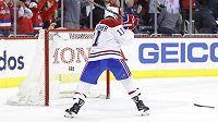 Naštvaný útočník Montrealu Brendan Gallagher sekl hokejkou o branku po porážce od Washingtonu.